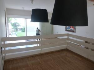 Eetkamer met zicht op woonkamer