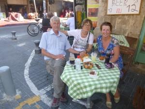Lunchen bij een onooglijk Arabisch tentje in Yaffo met mijn ouders. Erg gezellig en lekker!