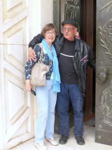 """Bij de """"Nederlandse"""" deur van de Basiliek van de Annunciatie, mijn moeder met de beveiliger die haar zegende :)"""